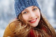 Πορτρέτο χειμερινών νέο γυναικών Χαρούμενο πρότυπο κορίτσι ομορφιάς που γελά και που έχει τη διασκέδαση στο χειμερινό πάρκο όμορφ στοκ φωτογραφίες