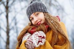 Πορτρέτο χειμερινών νέο γυναικών Χαρούμενο πρότυπο κορίτσι ομορφιάς που γελά και που έχει τη διασκέδαση στο χειμερινό πάρκο όμορφ στοκ φωτογραφίες με δικαίωμα ελεύθερης χρήσης