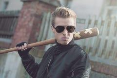 Πορτρέτο χούλιγκαν με το ρόπαλο του μπέιζμπολ Στοκ Εικόνες