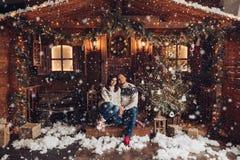 Πορτρέτο Χριστουγέννων μιας νέας φωτογραφίας στούντιο ζευγών για τα Χριστούγεννα στοκ εικόνες