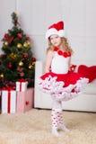 Πορτρέτο Χριστουγέννων του όμορφου σγουρού κοριτσιού στοκ φωτογραφία με δικαίωμα ελεύθερης χρήσης