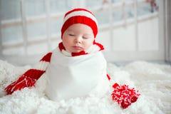 Πορτρέτο Χριστουγέννων χαριτωμένου λίγο νεογέννητο αγοράκι, που φορά sant στοκ φωτογραφίες