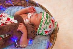 Πορτρέτο Χριστουγέννων χαριτωμένου λίγο νεογέννητο αγοράκι Στοκ Φωτογραφία