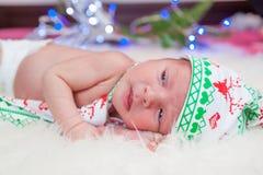 Πορτρέτο Χριστουγέννων χαριτωμένου λίγο νεογέννητο αγοράκι Στοκ φωτογραφία με δικαίωμα ελεύθερης χρήσης