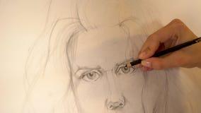 Πορτρέτο χρωμάτων καλλιτεχνών κοριτσιών της γυναίκας με το μολύβι 4K απόθεμα βίντεο