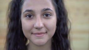 Πορτρέτο Όμορφα χαμόγελα κοριτσιών στη κάμερα φιλμ μικρού μήκους