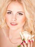 Πορτρέτο όμορφου ενός ξανθού στο στούντιο στοκ εικόνες