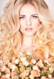 Πορτρέτο όμορφου ενός ξανθού στο στούντιο στοκ φωτογραφία