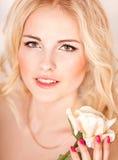 Πορτρέτο όμορφου ενός ξανθού στο στούντιο στοκ εικόνα