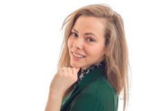Πορτρέτο όμορφου νέου ενός ξανθού ποιος χαμογελά και εξετάζει την κινηματογράφηση σε πρώτο πλάνο καμερών Στοκ Εικόνα