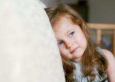 Πορτρέτο όμορφο να φωνάξει μικρών κοριτσιών Στοκ Φωτογραφία