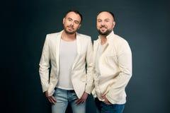 Πορτρέτο δύο ατόμων στα άσπρα κοστούμια στοκ εικόνες με δικαίωμα ελεύθερης χρήσης