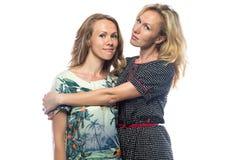Πορτρέτο δύο ευτυχών γυναικών στο άσπρο υπόβαθρο Στοκ εικόνα με δικαίωμα ελεύθερης χρήσης