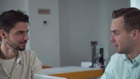Πορτρέτο δύο νέοι επιχειρηματίες στην εργασία απόθεμα βίντεο