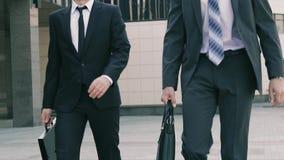 Πορτρέτο δύο όμορφων επιχειρησιακών ατόμων που περπατούν στη συνεδρίαση και που κουβεντιάζουν από κοινού απόθεμα βίντεο