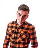 Πορτρέτο ύφους μόδας του νέου όμορφου ατόμου στο μοντέρνο κόκκινο ελεγμένο πουκάμισο με την ενδιαφέρουσα έκφραση στο πρόσωπό του στοκ φωτογραφίες με δικαίωμα ελεύθερης χρήσης