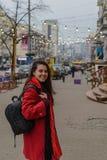 Πορτρέτο ύφους μόδας του νέου ευτυχούς περπατήματος γυναικών χαμόγελου όμορφου κομψού στις οδούς πόλεων Στοκ εικόνες με δικαίωμα ελεύθερης χρήσης