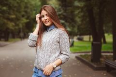 Πορτρέτο ύφους οδών του νέου όμορφου ευτυχούς περπατήματος κοριτσιών στην πόλη φθινοπώρου Στοκ Φωτογραφίες