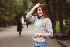 Πορτρέτο ύφους οδών του νέου όμορφου ευτυχούς περπατήματος κοριτσιών στην πόλη φθινοπώρου Στοκ εικόνα με δικαίωμα ελεύθερης χρήσης