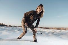 Πορτρέτο ύφους στρατού της χαριτωμένης κυρίας στο χειμερινό υπόβαθρο Στοκ φωτογραφία με δικαίωμα ελεύθερης χρήσης
