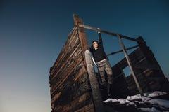 Πορτρέτο ύφους στρατού της χαριτωμένης κυρίας στο χειμερινό υπόβαθρο Στοκ εικόνα με δικαίωμα ελεύθερης χρήσης