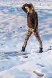 Πορτρέτο ύφους στρατού της χαριτωμένης κυρίας στο χειμερινό υπόβαθρο Στοκ εικόνες με δικαίωμα ελεύθερης χρήσης