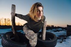 Πορτρέτο ύφους στρατού της χαριτωμένης κυρίας στο χειμερινό υπόβαθρο Στοκ Εικόνες