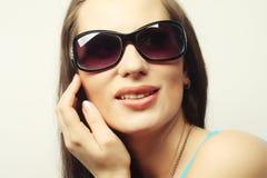 Πορτρέτο Brunette με τα γυαλιά ηλίου Στοκ φωτογραφίες με δικαίωμα ελεύθερης χρήσης