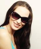 Πορτρέτο Brunette με τα γυαλιά ηλίου Στοκ εικόνα με δικαίωμα ελεύθερης χρήσης