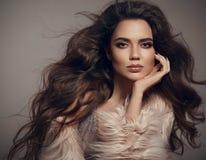 Πορτρέτο Brunette μόδας ομορφιάς Η προκλητική γυναίκα φορά στο μοντέρνο fu Στοκ Εικόνες