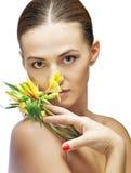 Πορτρέτο brunette spa της γυναίκας με το λουλούδι Στοκ εικόνες με δικαίωμα ελεύθερης χρήσης