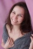 Πορτρέτο Cheerfull μιας όμορφης νέας γυναίκας στοκ εικόνες