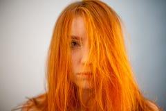Πορτρέτο Dreammy της όμορφης redhead γυναίκας στη μαλακή εστίαση Στοκ εικόνα με δικαίωμα ελεύθερης χρήσης