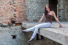 Πορτρέτο Grunge μιας γυναίκας στις αστικές καταστροφές Στοκ Εικόνα
