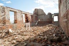 Πορτρέτο Grunge μιας γυναίκας στις αστικές καταστροφές Στοκ Εικόνες