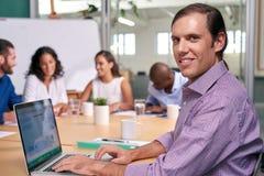 Πορτρέτο lap-top συνεδρίασης των επιχειρηματιών στοκ φωτογραφίες με δικαίωμα ελεύθερης χρήσης