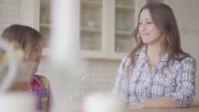 Πορτρέτο mom και να κουβεντιάσει κορών συνεδρίαση στον πίνακα Πάσχας με φιλμ μικρού μήκους