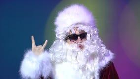 Πορτρέτο rocker Άγιου Βασίλη με το χέρι και να εξετάσει τη λέσχη καμερών τη νύχτα απόθεμα βίντεο