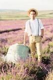 Πορτρέτο Stuning του αγρότη lavender στον τομέα στο ηλιοβασίλεμα στοκ φωτογραφίες