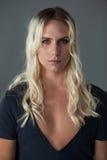 Πορτρέτο transgender της γυναίκας με τα μακριά ξανθά μαλλιά Στοκ Εικόνες
