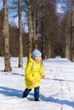 Αστείο παιχνίδι μικρών κοριτσιών το χειμώνα Στοκ Φωτογραφία