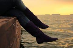 Πορφυρά βιβλία σουέτ πέρα από τη θάλασσα στο ηλιοβασίλεμα Στοκ φωτογραφία με δικαίωμα ελεύθερης χρήσης