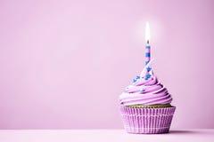 Πορφυρά γενέθλια cupcake Στοκ εικόνα με δικαίωμα ελεύθερης χρήσης