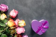 Πορφυρά και κίτρινα τριαντάφυλλα, κιβώτιο παρόν στο μαύρο υπόβαθρο Στοκ Εικόνες
