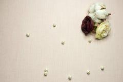 Πορφυρά καρδιές και μαργαριτάρια που βρίσκονται σε ένα μπεζ ύφασμα Στοκ φωτογραφίες με δικαίωμα ελεύθερης χρήσης