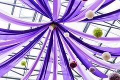 Πορφυρά κορδέλλες και μπαλόνια Στοκ φωτογραφία με δικαίωμα ελεύθερης χρήσης