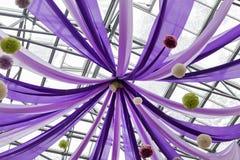 Πορφυρά κορδέλλες και μπαλόνια Στοκ εικόνα με δικαίωμα ελεύθερης χρήσης