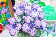 Πορφυρά λουλούδια των χαντρών χειροποίητος Διακόσμηση με χάντρες, διακόσμηση needlewo Στοκ Φωτογραφία