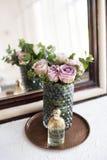 Πορφυρά, μωβ φρέσκα θερινά τριαντάφυλλα χρώματος στο βάζο και το άρωμα από το θόριο Στοκ Φωτογραφίες