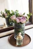Πορφυρά, μωβ φρέσκα θερινά τριαντάφυλλα χρώματος στο βάζο και το άρωμα από το θόριο Στοκ φωτογραφία με δικαίωμα ελεύθερης χρήσης